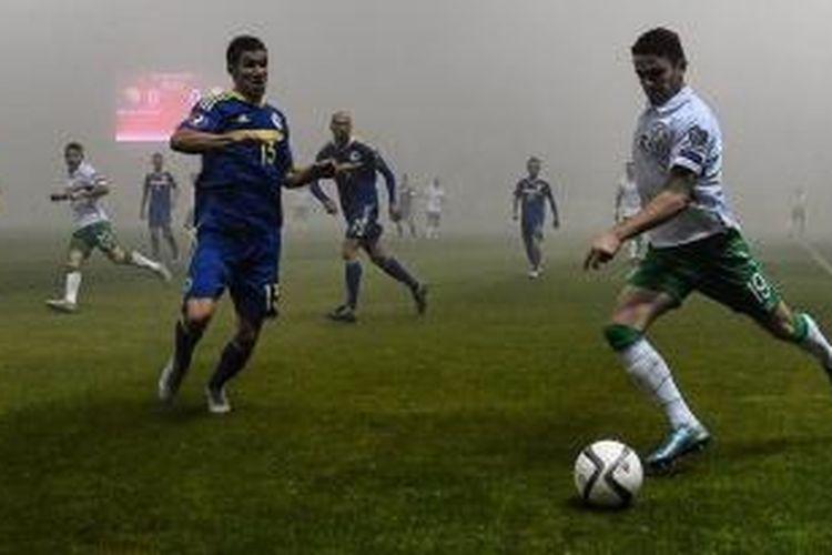 Kabut menyelimuti Zenica pada laga play-off pertama Piala Eropa 2016 antara tuan rumah Bosnia dan Irlandia, Jumat (13/11/2015).