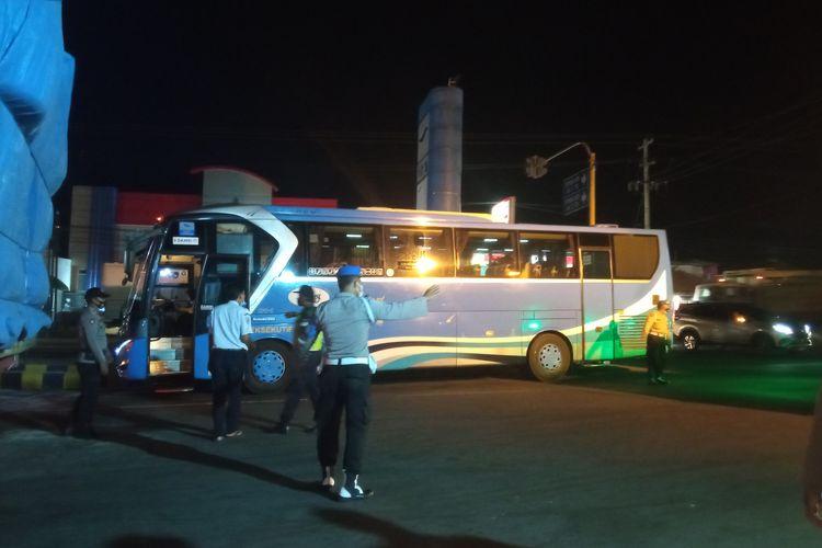 Bus jurusan Jember-Denpasar gagal berangkat ke Bali, Rabu (14/7/2021).