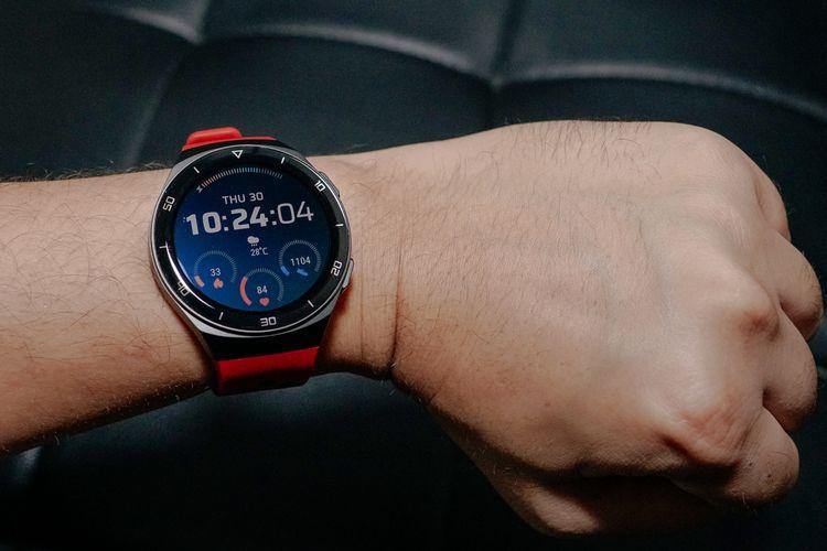 Karena bentuknya yang lebih mengikuti kontur lengan dibanding Watch GT 2, Huawei Watch GT 2e terasa lebih nyaman saat dikenakan.