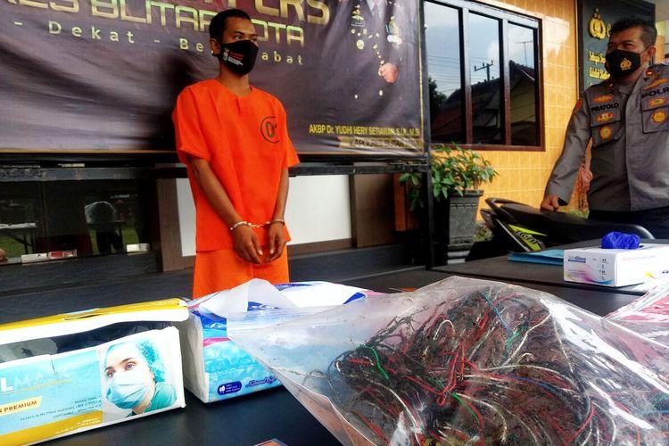 Anggota komplotan pencurian kabel, IR, pria 29 tahun asal Kabupaten Lampung Utara, Provinsi Lampung, ditangkap polisi saat melakukan pencurian kabel milik Telkom di Kota Blitar, Jumat (17/9/2021)