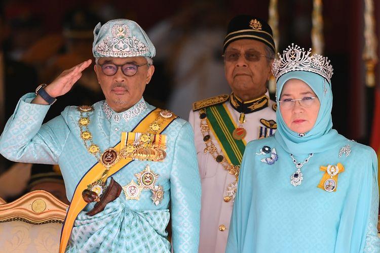 Raja Malaysia ke-16, Sultan Abdullah Sultan Ahmad Shah, didampingi Ratu Tunku Hajah Azizah Aminah MAimunah Iskandariah, memberi hormat saat upacara penyambutan di Gedung Parlemen di Kuala Lumpur, Kamis (31/1/2019).