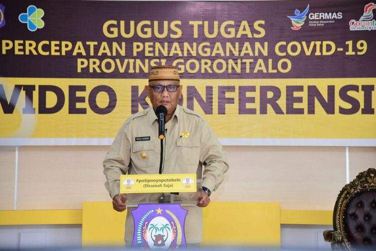 Gubernur Gorontalo, Rusli Habibie saat membacakan pidato pemberlakuan Pembatasan Sosial Berskala Besar (PSBB) yang disiarkan langsung di laman Facebook Humas Pemerintah Provinsi Gorontalo, Senin (4/5/2020). PSBB Provinsi Gorontalo dimulai Senin, 4 Mei hingga Minggu 17 Mei 2020.