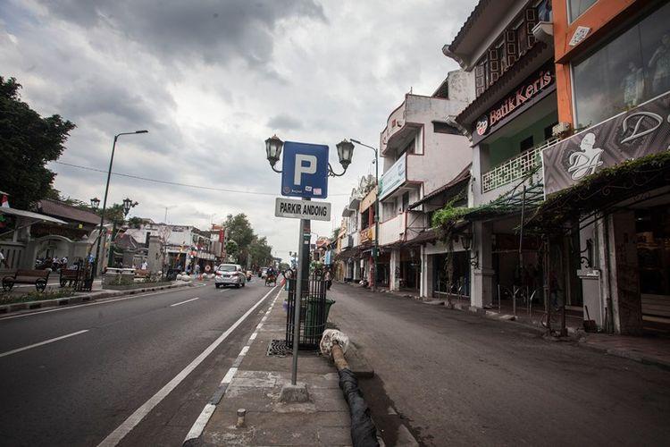 Suasana kawasan wisata Malioboro saat tanpa ada Pedagang Kali Lima (PKL), Becak dan Andong di Malioboro, Yogyakarta, Selasa (26/9). Pemerintah setempat berencana akan meliburkan aktivitas pedagang kaki lima, seniman jalanan, andong, becak dan pedagang asongan di sepanjang Jalan Malioboro setiap 35 hari sekali tepatnya hari Selasa Wage guna melakukan pembersihan dan perawatan rutin kawasan Malioboro yang merupakan destinasi wisata andalan Yogyakarta.