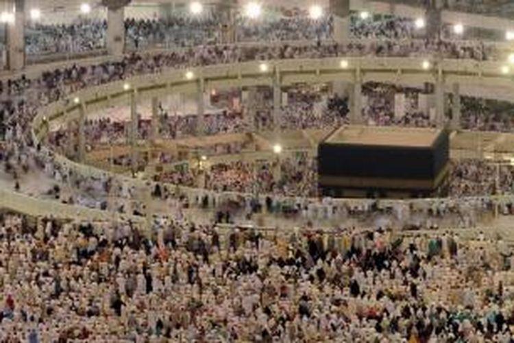 Manusia menyemut melakukan tawaf mengelilingi Kakbah, bangunan suci di Masjidil Haram, di Kota Mekkah, Arab Saudi, bagian dari kegiatan haji, 8 Oktober 2013. Lebih dari dua juta muslim tiba di kota suci ini untuk ibadah haji tahunan.