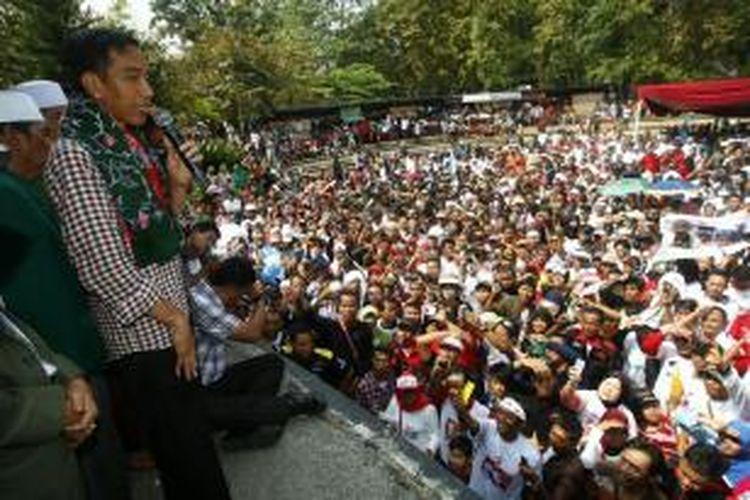 Calon presiden Joko Widodo (Jokowi) berorasi di depan simpatisannya saat kampanye terbuka di Lapangan Situ Buleud, Purwakarta, Jawa Barat, Selasa (17/6/2014). Pemilu Presiden 2014 akan berlangsung 9 Juli mendatang.