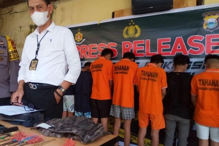 Kasat Reskrim Polrestabes Makassar Kompol Agus Khaerul (putih) saat konferensi pers mengenai pelaku penyarangan yang menyebabkan tewasnya juru parkir di Mapolsek Rappocini, Makassar, Senin (8/2/2021).