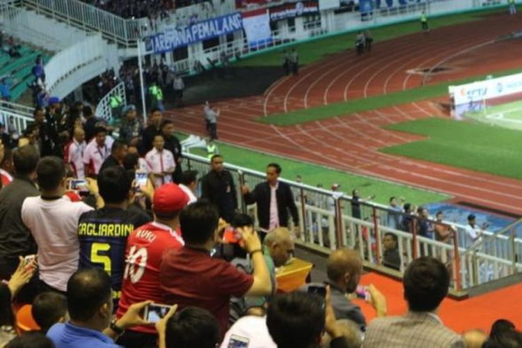 Presiden Joko Widodo menonton langsung laga final Piala Presiden 2017 yang mempertemukan Arema Malang vs Pusamania Borneo FC, Minggu (12/3/2017), di Stadion Pakansari, Jawa Barat.