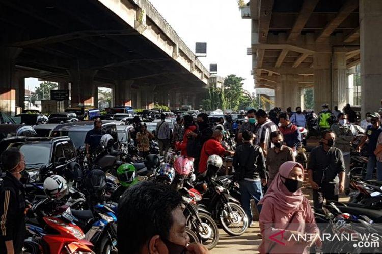 Pemohon perpanjangan Surat Izin Mengemudi (SIM) mengantre, Selasa (2/6/2020), di Kantor Satuan Lalu Lintas Polrestro Jakarta Timur di Jalan DI Panjaitan, sejak pukul 05.00 WIB.
