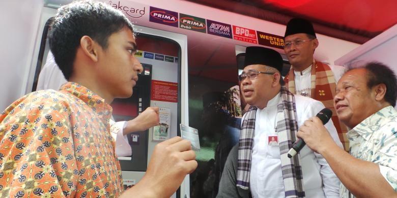 Peluncuran Kartu Jakarta Pintar (KJP) di SMK 16, Jakarta Pusat, Jumat (12/4/2013). Peluncuran tahap I tahun 2013 ini sebanayak 80384 kartu.