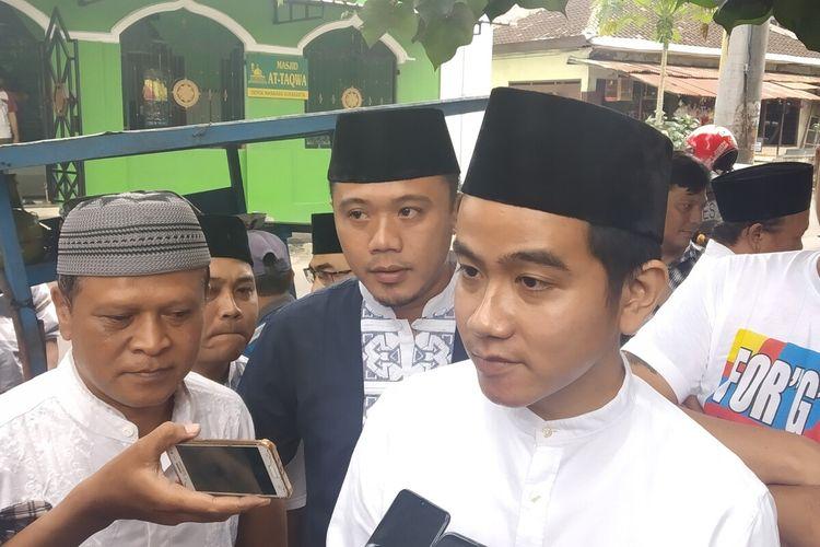 Bakal calon Wali Kota Surakarta, Gibran Rakabuming Raka blusukan di Pasar Burung Depok Solo, Jawa Tengah, Jumat (21/2/2020) siang.