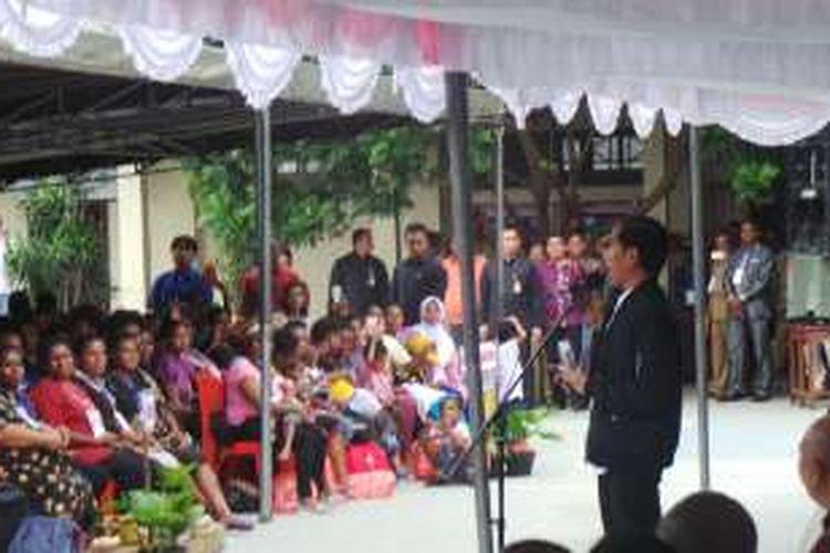 Presiden Joko Widodo memberikan sambutan saat penyerahan bantuan makanan tambahan di SD YPKP Bonaventura, Sentani, Jayapura, Senin (17/10/2016).