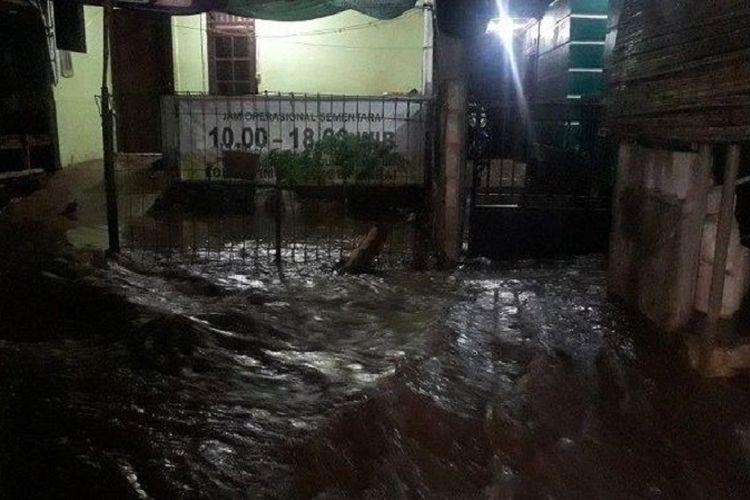 Permukiman warga Cipinang Melayu, Jakarta Timur, terdampak banjir luapan Kali Sunter, Senin (26/10/2020).