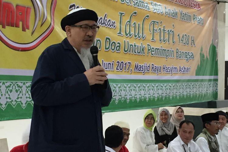 Kakak angkat Basuki Ahok Tjahaja Purnama, Andi Analta Amier, saat memberikan siraman rohani kepada ratusan anak yatim di Masjid KH Hasyim Asyari, Jakarta Barat, Kamis (29/6/2017) petang.