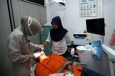 Dengan Tangan Diborgol, Tahanan Itu Jalani Pengobatan Gigi