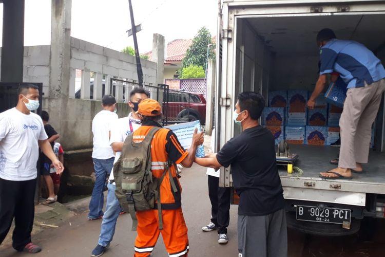 Paket sembako disalurkan bagi warga di Kelurahan Pekayon, Pasar Rebo, Jakarta Timur, Kamis (30/4/2020).