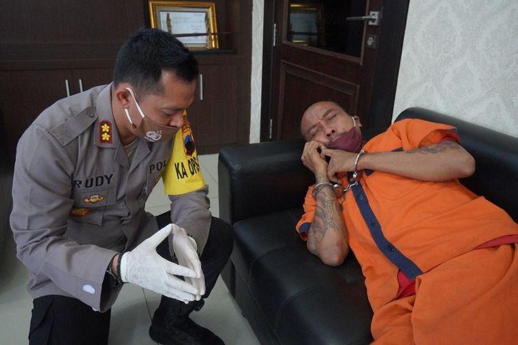 Kapolres Kebumen, Jawa Tengah, AKBP Rudy Cahya Kurniawan memberikan hipnoterapi kepada TY (37), tersangka penganiayaan ibu kandung hingga meninggal dunia, di ruang kerjanya, Rabu (15/7/2020).