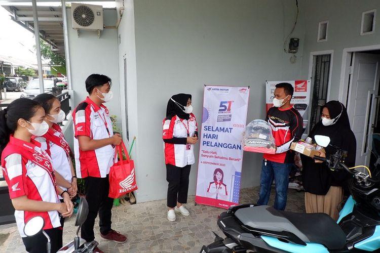 Main dealer Astra Motor Sulawesi Selatan membagikan paket kesehatan ke rumah konsumen loyal sepeda motor Honda.