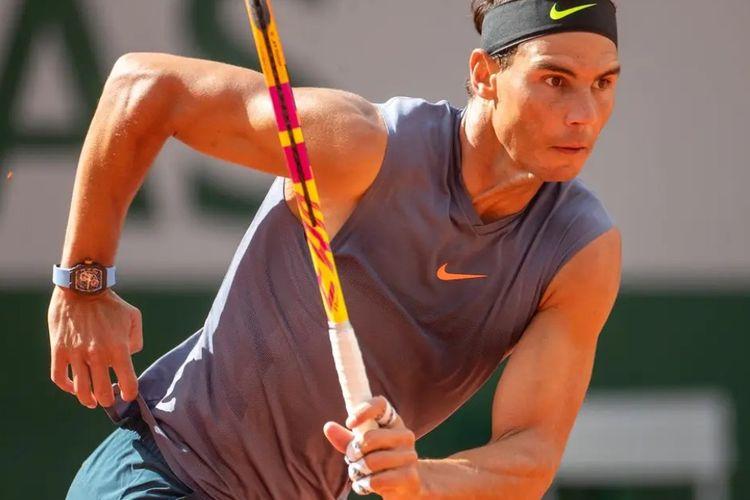 Rafael Nadal menggunakan arloji Richard Mille ketika pertandingan latihan Prancis Terbuka.