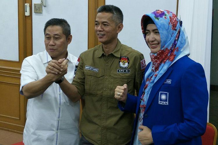 Bendahara Umum PAN Nasrullah (paling kiri), Komisioner KPU Wahyu Setiawan, dan Wakil Bendahara Umum Wa Ode Nur Zainabdi Kantor KPU, Jakarta, Senin (29/1/2018)