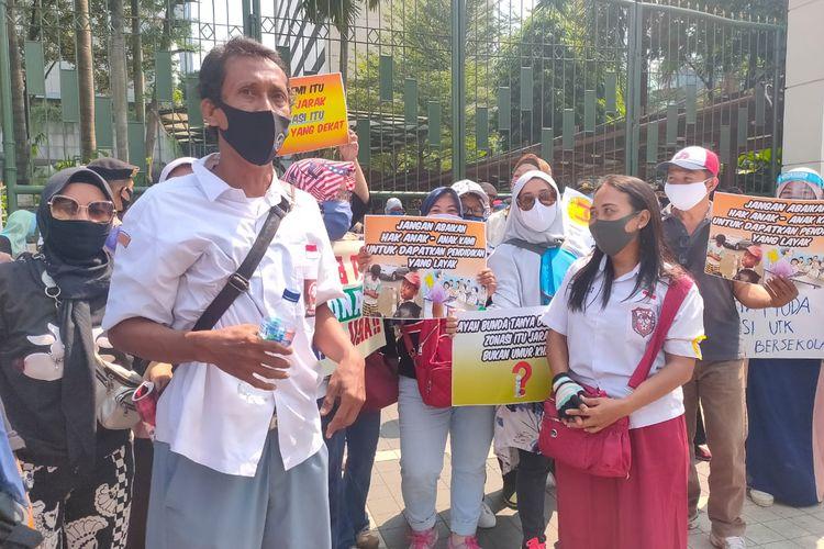 Sejumlah orang tua menggunakan atribut sekolah saat melakukan aksi demonstrasi memprotes PPDB DKI di Depan Gedung Kemendikbud, Senin (29/6/2020)