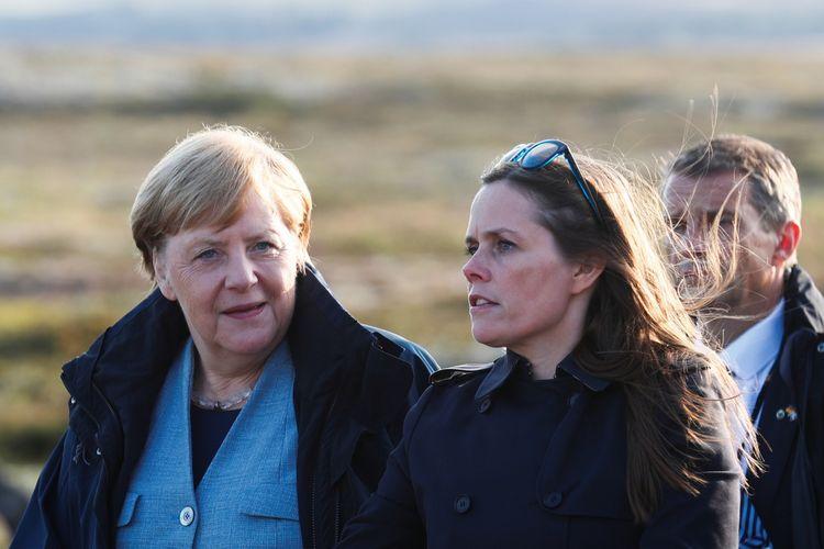 Perdana Menteri Islandia Katrin Jakobdsdottir (kanan) berbicara dengan Kanselir Jerman Angela Merkel di Reykjavik, pada 19 Agustus 2019.