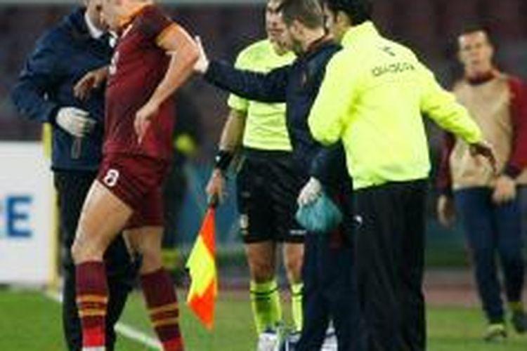 Gelandang AS Roma, Kevin Strootman, mengalami cedera saat melawan Napoli.