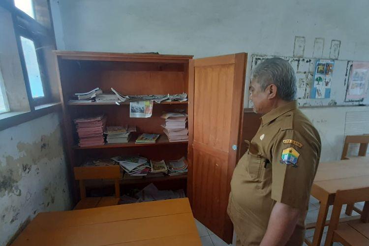Kepala Sekolah SDN Kademangan Dedi Rustiadi saat menunjukan lemari yang dijadikan ayam tempat bertelur