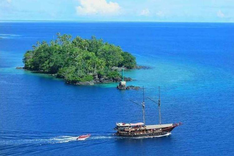 Sebuah perahu layar tengah berlayar di peraiaran laut Banda, Kabupaten Maluku Tengah