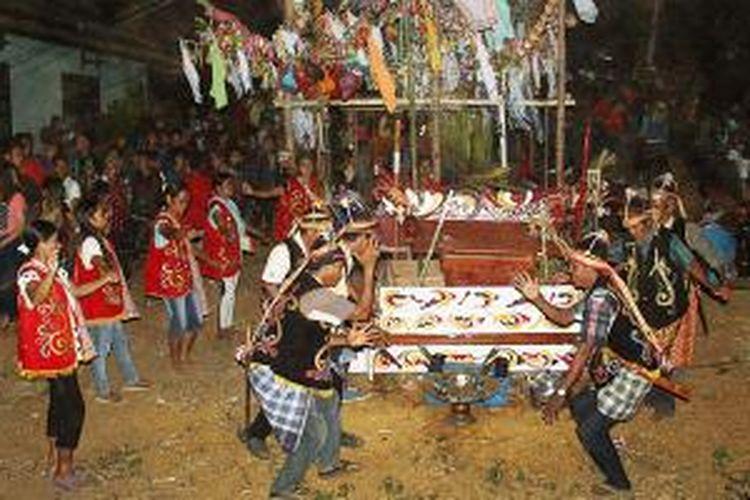 Ritual Nganjan di Dusun Kampung Baru, Desa Baru Mas, Kecamatan Nanga Tayap, Kabupaten Ketapang, Kalimantan Barat, Kamis (10/9/2015).
