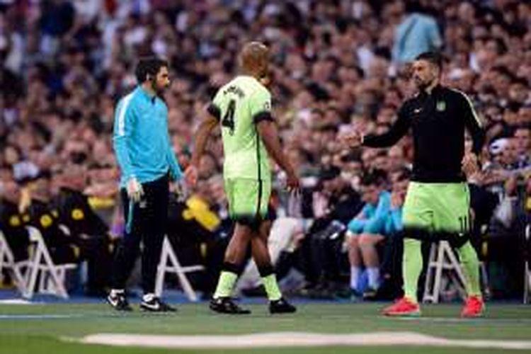 Aleksandar Kolarov menghampiri Vincent Kompanya yang mengalami cedera pada laga antara Real Madrid dan Manchester City di Santiago Bernabeu, Rabu (4/5/2016).