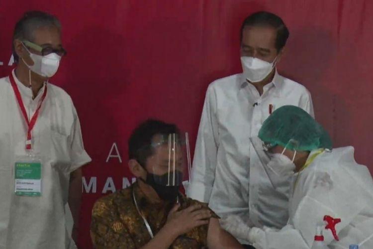 Foto tangkapaj layar Presiden Joko Widodo meninjau vaksinasi massal untuk seniman dan budayawan Yogyakarta, Rabu (10/3/2021).