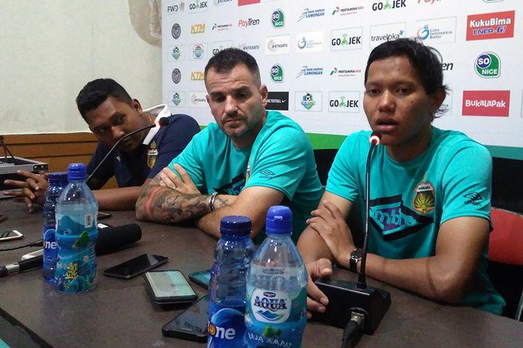 Pelatih Bhayangkara FC Simon McMenemy (tengah) dan Adam Alis (kanan), selepas laga kontra Persela Lamongan, Minggu (16/9/2018).