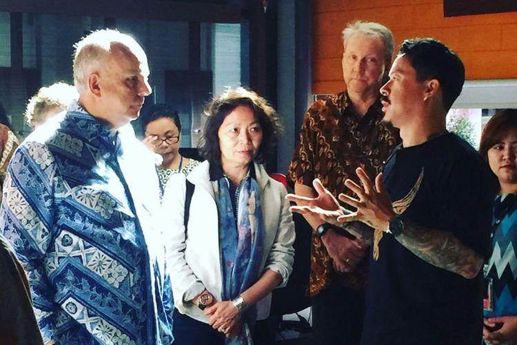 Duta Besar Amerika Serikat untuk Indonesia Joseph R Donovan Jr saat menerima paparan tentang Kepri usai merayakan HUT AS ke-242 di Batam, Kepulauan Riau, Selasa (10/7/2018)