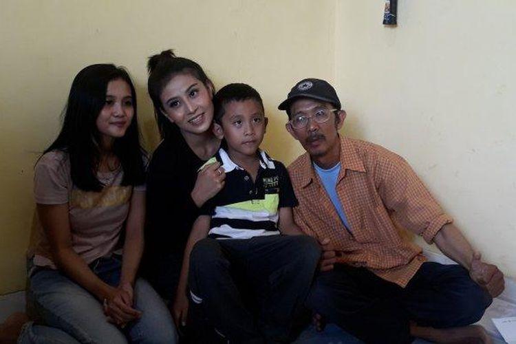 Agustinus Hendar Wilantoro (54), pengemudi ojek online yang kehilangan sepeda motornya di Kalibata City viral di media sosial. Kisah Hendar bahkan mengetuk hati selebgram, Awkarin.
