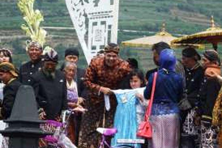 Gubernur Jawa Tengah Ganjar Pranowo (tengah) dalam acara ruwat rambut gembel di Kompleks Candi Arjuna, Dieng, Jawa Tengah.