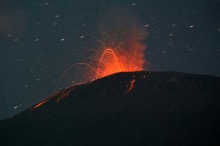 Foto yang diambil dari Baturaden, 14 Agustus 2014, Gunung Slamet mengeluarkan lava pijar.