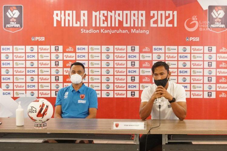 Pelatih PSM Makassar, Syamsuddin Batolla dan pemain senior Zulkifli Syukur saat prescon Piala Menpora 2021 di Malang, Minggu (21/03/2021) malam.
