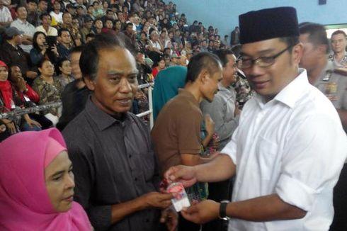 Ridwan Kamil Bagi-bagi Kartu untuk PKL Ber-KTP Bandung