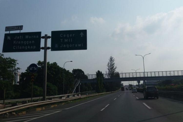 Kondisi lalu lintas di Jalan Tol Jakarta Outer Ring Road (JORR) pada Sabtu (16/6/2018) sore tampak lancar.