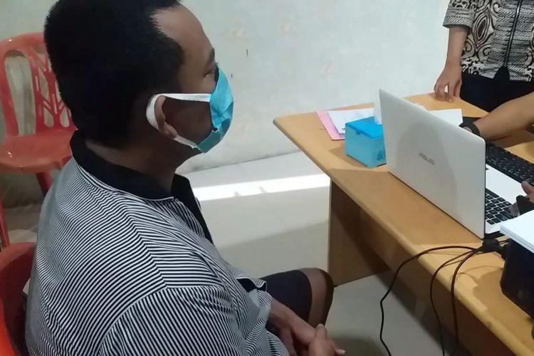BS (33) bos mucnikari praktik prostitusi yang melibatkan artis VS saat diperiksa di Mapolresta Bandar Lampung, Jumat (14/8/2020)
