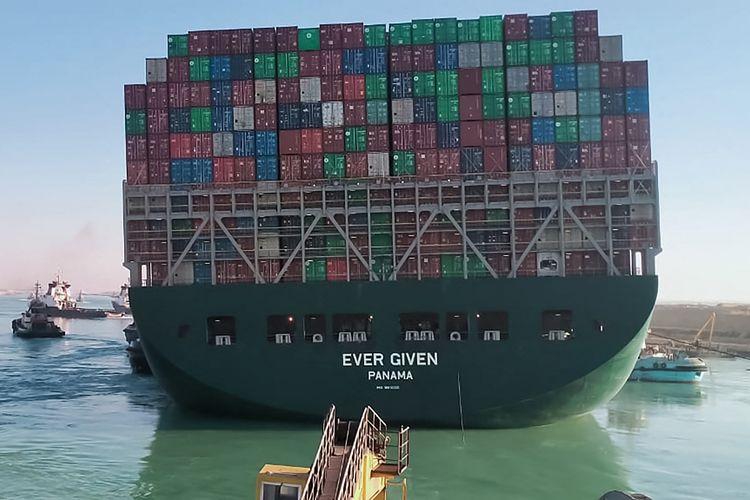 Foto pada 29 Maret 2021 memperlihatkan kapal-kapal tunda menarik kapal Ever Given yang terjebak dan membuat Terusan Suez macet sejak Selasa (23/3/2021). Kapal berbendera Panama ini dioperasikan oleh Evergreen Marine Corp asal Taiwan.