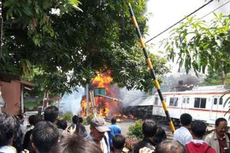 KRL Serpong-Tanah Abang menabrak truk tangki di Ulujami, Jakarta Selatan, Senin (9/12/2013).