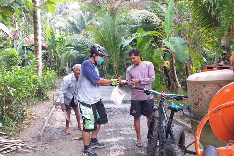 Ipung juga mampir ke warga pelosok membagi sabun, masker maupun handsanitizer di desa-desa Kulon Progo, Daerah Istimewa Yogyakarta.