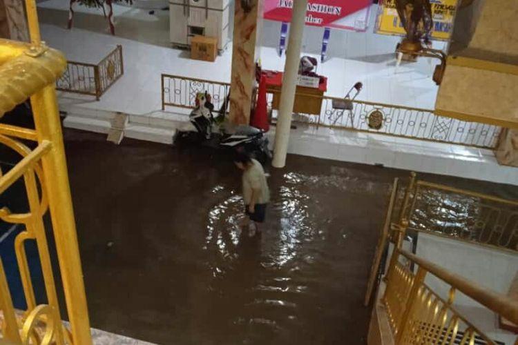 Rumah Bupati Jember Hendy Siswanto di Kelurahan Jember Kidul kena luapan Sungai Jompo Jumat (26/2/2021)