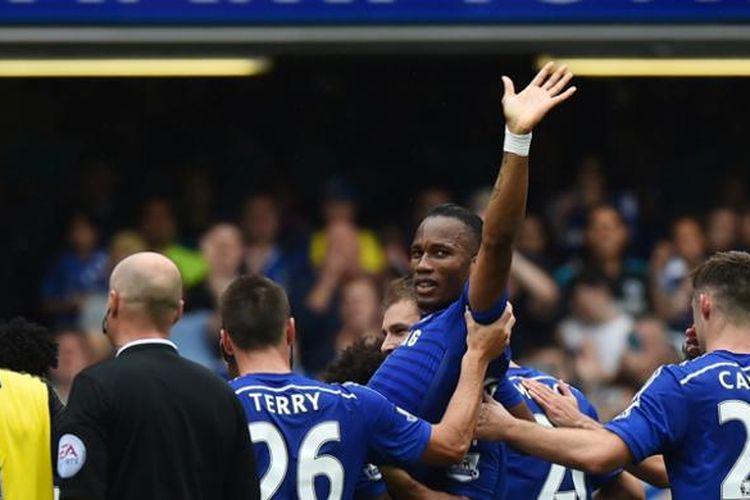 Para pemain Chelsea menggendong dan mengarak Didier Drogba ketika dia ditarik keluar dalam laga terakhir Premier League melawan Sunderland di Stamford Bridge, Minggu (24/5/2015).