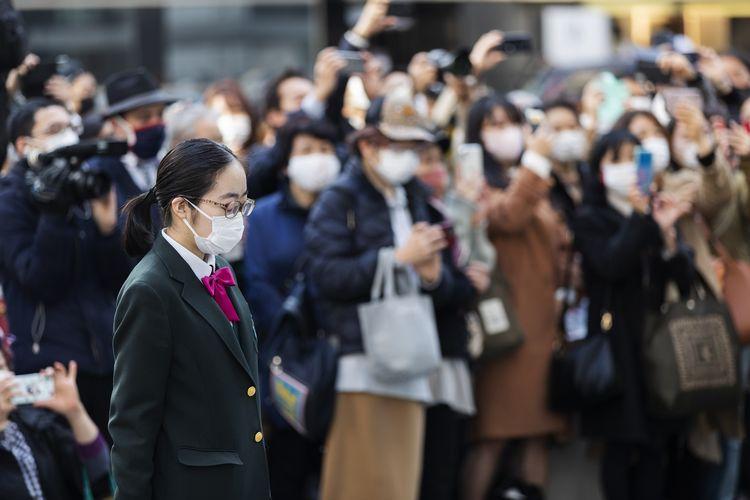 Siswa SMA Sendai dan warga setempat memperingati 10 tahun gempa dan tsunami Fukushima 2011, tepat pukul 14.46 saat bencana mulai melanda wilayah itu. Peringatan ini digelar di Tokyo pada Kamis (11/3/2021).