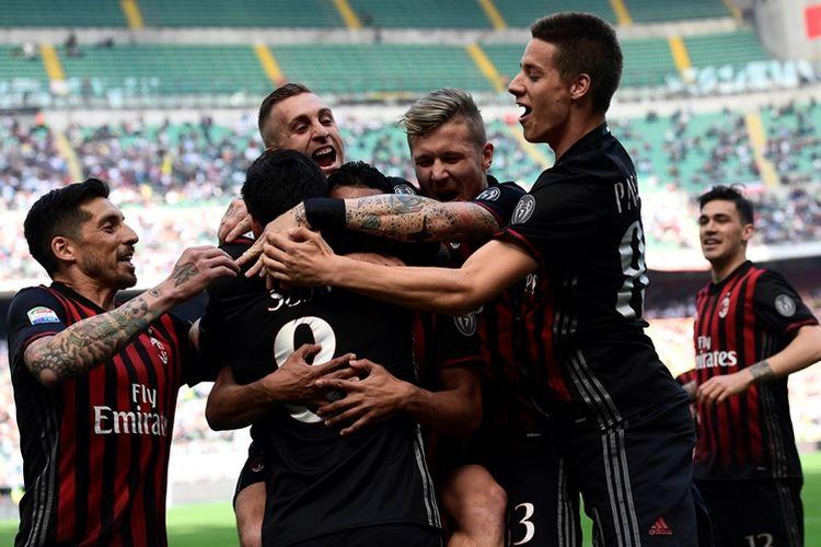 AC Milan merayakan gol pertama ke gawang Palermo yang dicetak Suso dalam pertandingan Liga Italia 2016-2017 di Stadion San Siro, Milan, Italia, pada Minggu (9/4/2017).