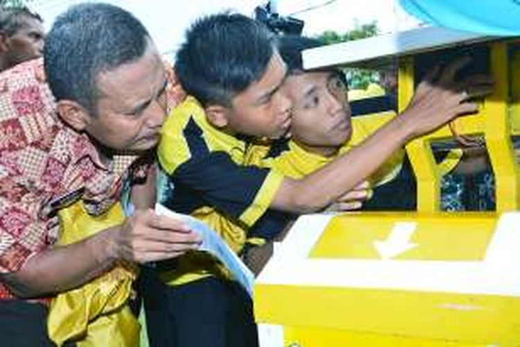 Siswa SMKN 2 Lamongan, saat mendemonstrasikan Basagaya dalam pameran Pendidikan di Lamongan, Jumat (20/5/2016).