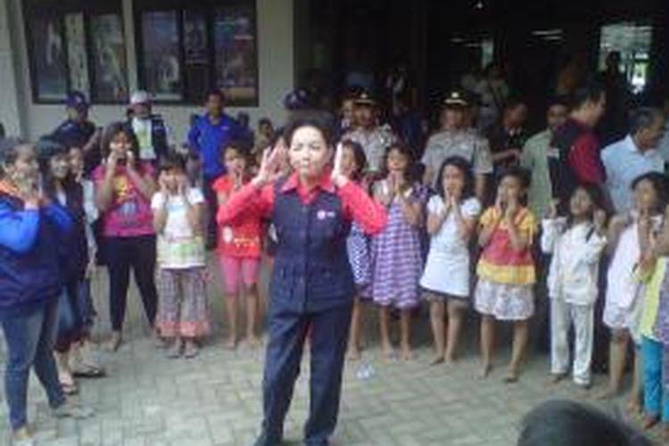 Ketua PMI DKI Jakarta, Rini Sutiyoso mengajarkan permainan ketangkasan kepada para anak korban kebakaran di kampung kandang Kelapa Gading Jakarta Utara