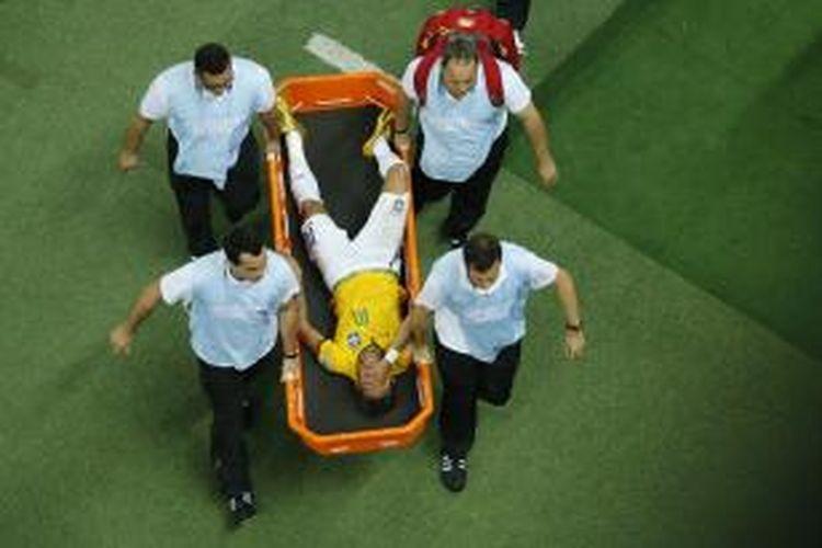 Penyerang Brasil, Neymar, dibawa ke rumah sakit setelah berbenturan dengan bek Kolombia, Juan Camilo Zuniga, pada laga perempat final Piala Dunia, di Estadio Castelao, Fortaleza, Kamis (4/7/2014).